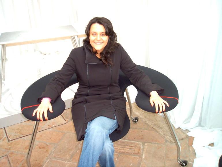 Nella foto, una me accomodata in una poltrona del Fuorisalone nel  2006.  Fu quell'edizione della settimana del design che mi ispiró l'argomento della tesi di laurea sugli spazi urbani del consumo. In quel periodo si iniziava a parlare di temporary shop, guerrilla marketing, street art...