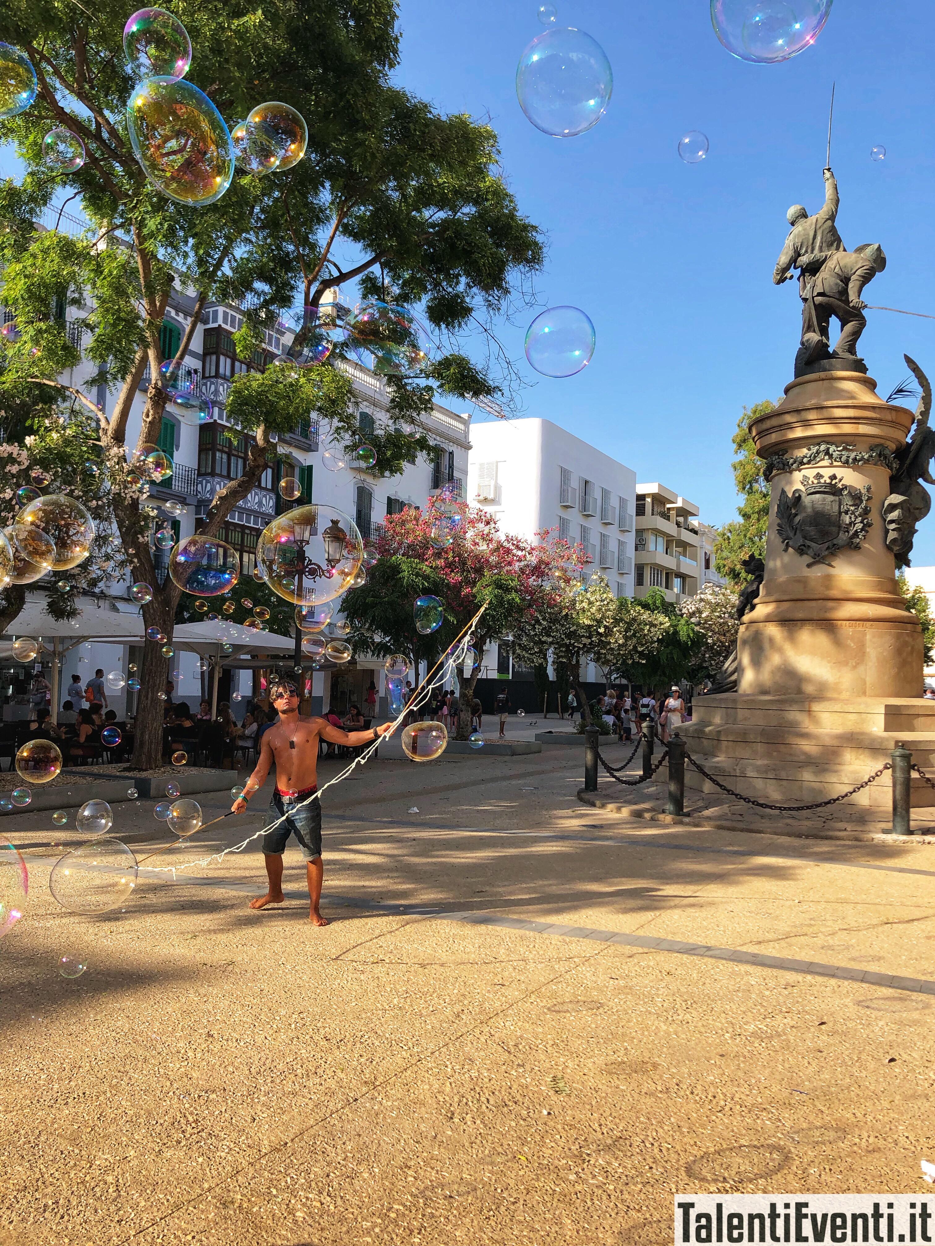 L'uomo delle bolle di sapone a Ibiza città
