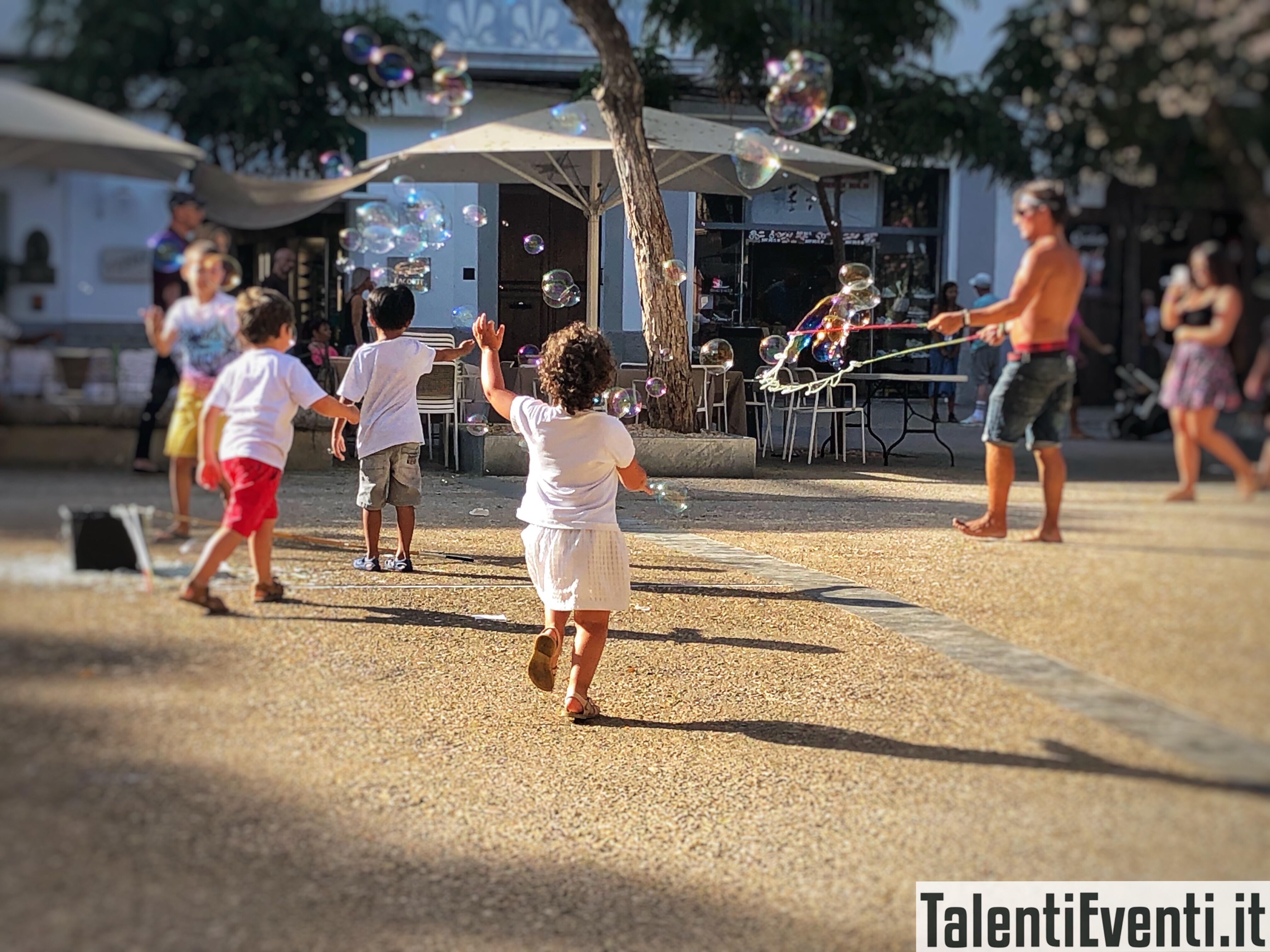 Rincorrere bolle di sapone a Ibiza