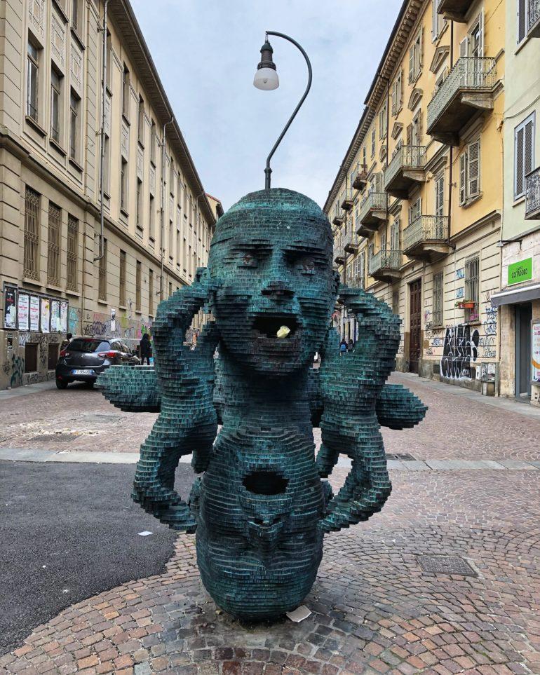 La scultura 'Eco' di Marc Didou davanti a Palazzo Nuovo 2005 - Arte contemporanea nelle piazze di Torino